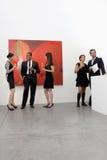 Grupp människor i konstkonstgalleri Fotografering för Bildbyråer