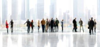 Grupp människor i lobbyaffärsmitten royaltyfri fotografi