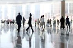 Grupp människor i lobbyaffärsmitten Arkivbild