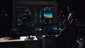 Grupp människor i mörkt rum som lanserar en missil stock video