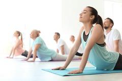 Grupp människor i praktiserande yoga för sportswear royaltyfri foto