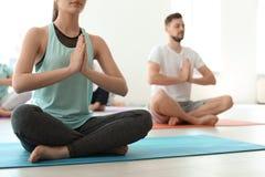 Grupp människor i praktiserande yoga för sportswear arkivfoton