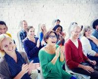 Grupp människor i seminarium arkivfoton