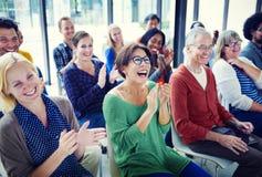 Grupp människor i seminariumbegrepp fotografering för bildbyråer