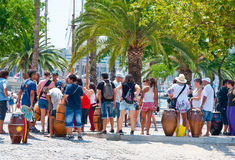 Grupp människor lyssnar till musik. Barcelona. Arkivfoton