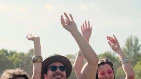 Grupp människor med deras händer lyftte att dansa lager videofilmer