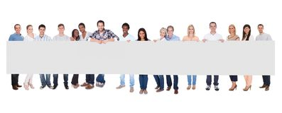 Grupp människor med plakatet Arkivfoto