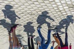 Grupp människor med skuggor arkivbild