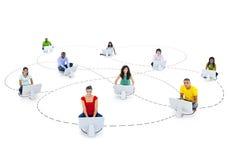 Grupp människor med sociala kommunikationer Arkivbilder