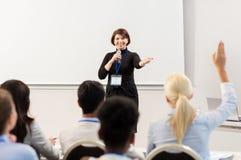 Grupp människor på den affärskonferensen eller föreläsningen royaltyfri fotografi