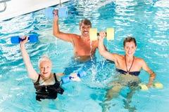Grupp människor på den vattengymnastik eller aquarobicsen royaltyfria bilder