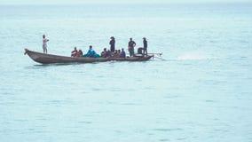 Grupp människor seglar på fisherfartyget lager videofilmer