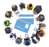 Grupp människor som använder Digital apparater med kreditkortsymbol Arkivfoto