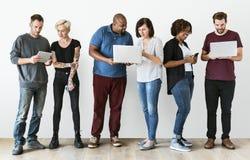 Grupp människor som använder elektronikapparaten royaltyfri fotografi