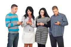 Grupp människor som använder mobiltelefoner royaltyfri fotografi