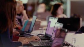Grupp människor som arbetar på bärbar datorhänder stock video