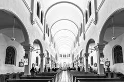 Grupp människor som ber i en kyrka Royaltyfri Fotografi