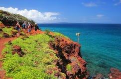 Grupp människor som besöker den Rabida ön i Galapagos medborgaremedeltal royaltyfri fotografi