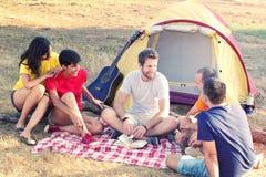 Grupp människor som campar och berättar en berättelse Royaltyfri Bild