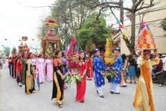 Grupp människor som deltar i traditionella festivaler Arkivbilder