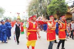 Grupp människor som deltar i traditionella festivaler Royaltyfri Foto