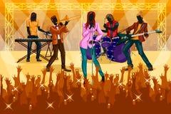 Grupp människor som direkt utför på kapacitet för musikmusikbandkonsert Royaltyfri Bild
