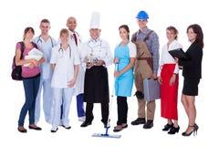 Grupp människor som föreställer olika yrken Arkivfoto