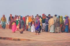 Grupp människor som går på det Taj Mahal komplexet i Agra, Uttar Prad fotografering för bildbyråer