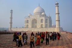Grupp människor som går på det Taj Mahal komplexet i Agra, Uttar Prad arkivfoto