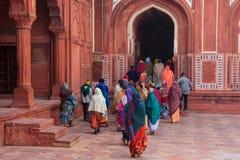 Grupp människor som går på det Taj Mahal komplexet i Agra, Uttar Prad arkivbild