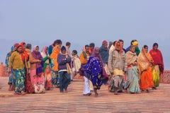 Grupp människor som går på det Taj Mahal komplexet i Agra, Uttar Prad royaltyfri bild