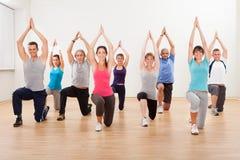 Grupp människor som gör aerobicsövningar Royaltyfria Foton