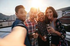 Grupp människor som gör en selfie på partiet arkivfoton