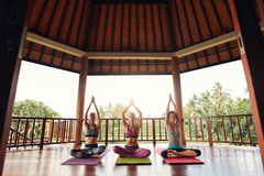 Grupp människor som gör meditation i yogagrupp Royaltyfria Foton