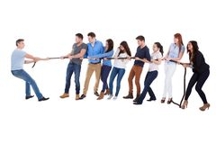 Grupp människor som har en dragkamp Arkivfoton
