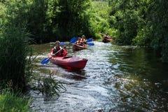 Grupp människor som kayaking Arkivfoto