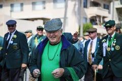Grupp människor som klär upp på Sts Patrick dag, ståtar Fotografering för Bildbyråer