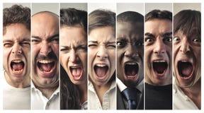 Grupp människor som mycket högt skriker royaltyfri fotografi