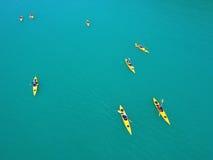 Grupp människor som paddlar på kajaker Kanottur i det öppna havet phuket thailand Royaltyfri Bild