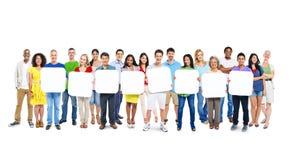 Grupp människor som rymmer 8 tomma plakat Arkivfoton