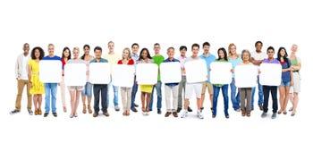 Grupp människor som rymmer 10 tomma plakat Royaltyfri Foto