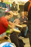 Grupp människor som spelar darbukaen. Royaltyfria Bilder