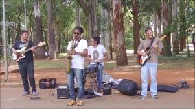Grupp människor som spelar instrument arkivfilmer