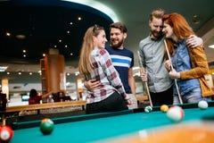 Grupp människor som spelar snooker Arkivbild