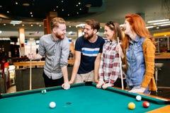 Grupp människor som spelar snooker Royaltyfri Fotografi