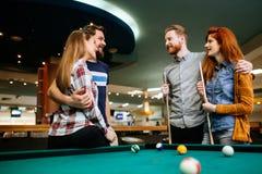 Grupp människor som spelar snooker Fotografering för Bildbyråer