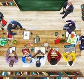 Grupp människor som studerar fotoet och illustrationen Royaltyfria Bilder