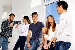 Grupp människor som talar i hall Fotografering för Bildbyråer
