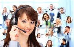 Grupp människor som talar på telefonen