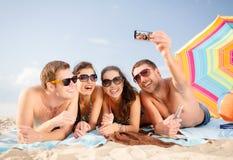 Grupp människor som tar bilden med smartphonen Arkivbilder